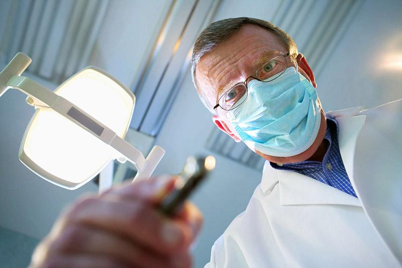 جراح ایمپلنت دندان